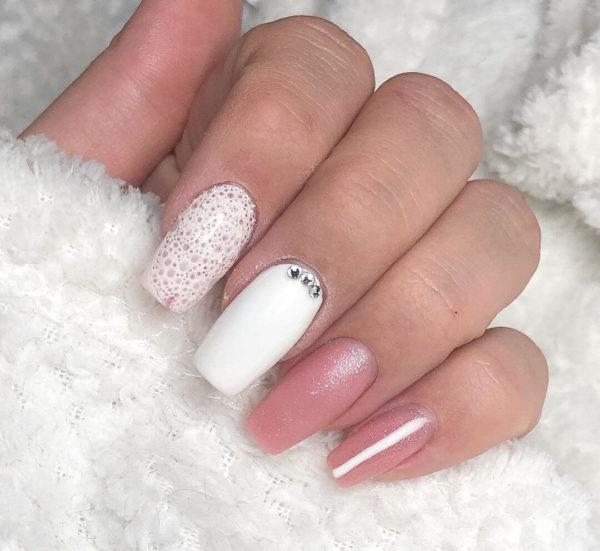 Бело-розовый пузырьковый маникюр со стразами