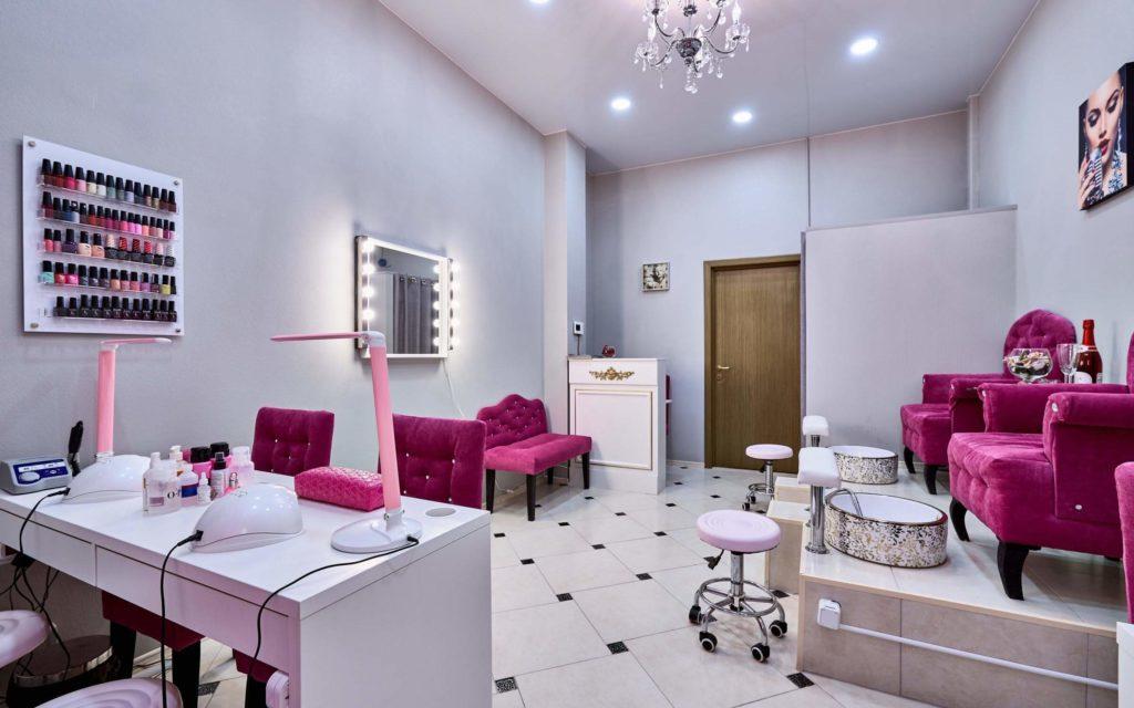 Бело-розовый дизайн интерьера салона красоты Москва