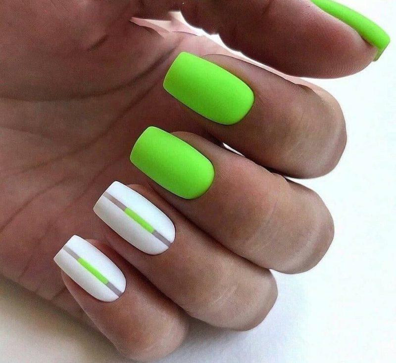 Бело-зеленый неоновый маникюр