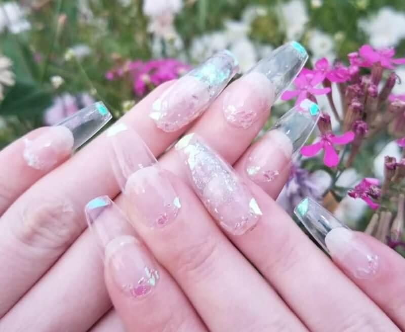 Блестки на прозрачных ногтях