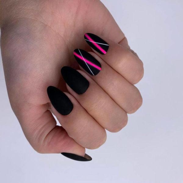 Черный маникюр с розовыми полосами