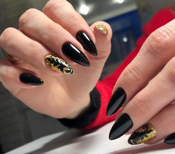 Черный маникюр с золотым дизайном