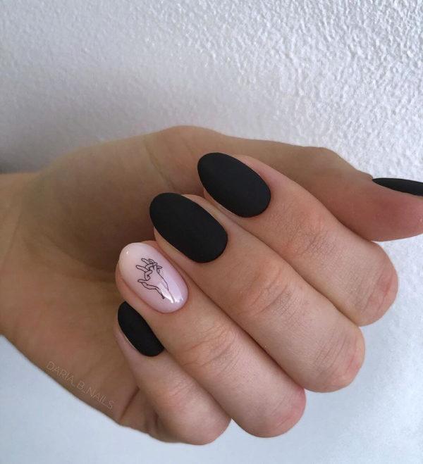 Черный маникюр на короткие ногти с рисунком