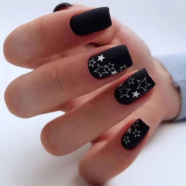 Черный маникюр со звездами