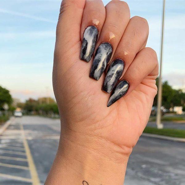 Черный мраморный маникюр на длинные ногти