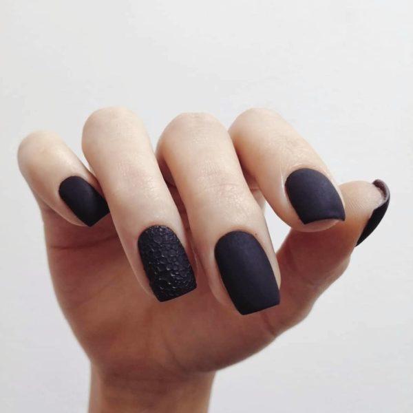 Черный пузырьковый маникюр на короткие ногти