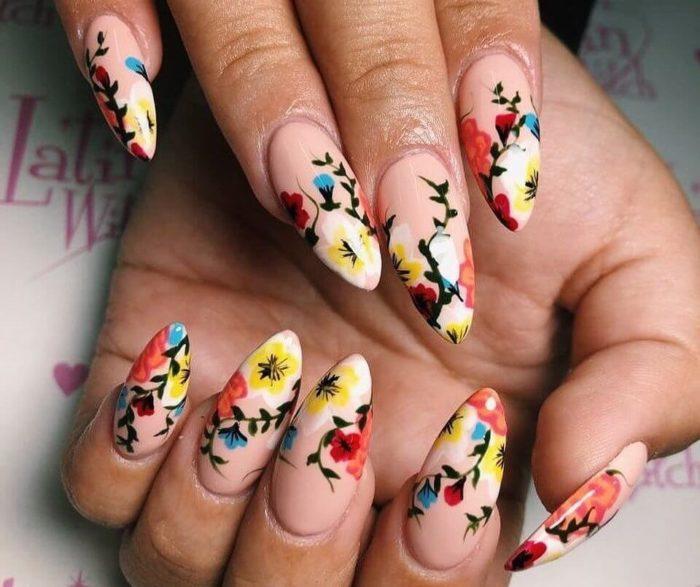 Нюдовый матовый маникюр с цветами