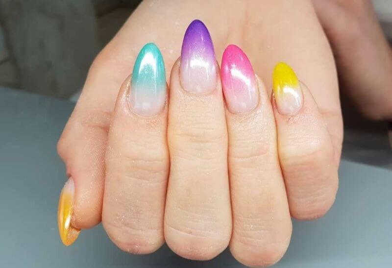 Разноцветный градиент на длинных ногтях