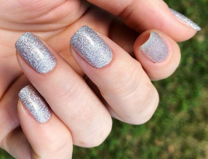 Короткие серебряные ногти