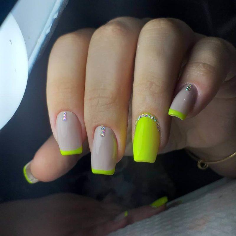 Серо-желтый неоновый френч