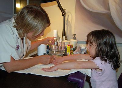 Детский маникюр в салоне