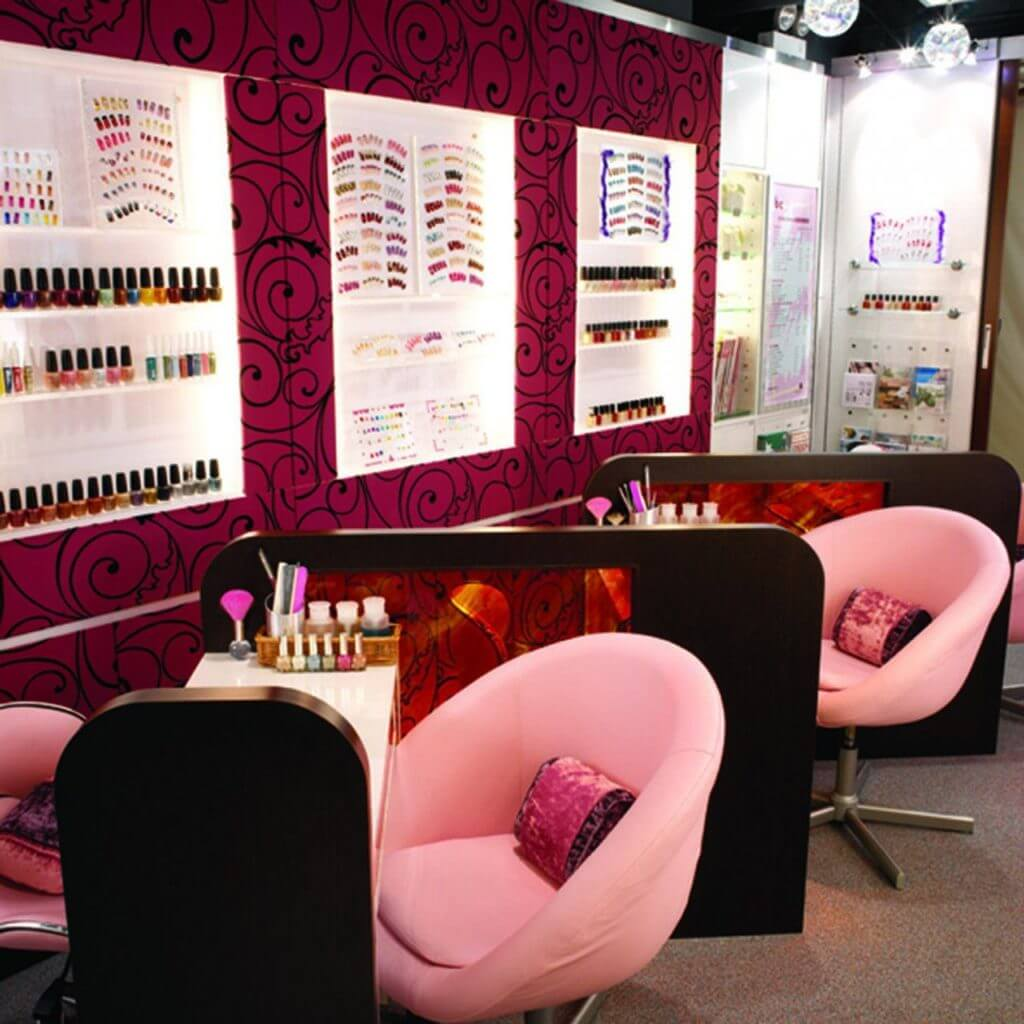 Розовый дизайн интерьера ногтевой студии