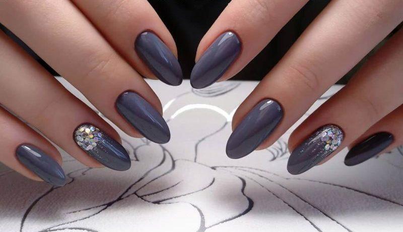 Серый маникюр с блестками на длинные ногти