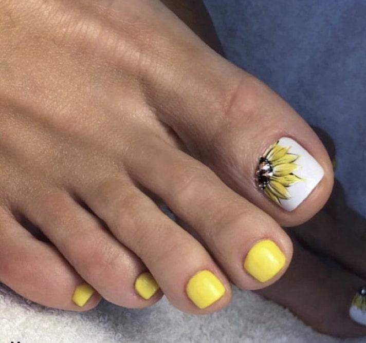 Бело-желтый педикюр