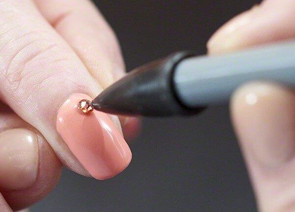 Фиксация страз карандашом на ногтях