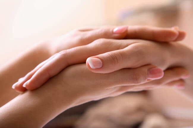 Завершающий этап массажа рук поглаживанием