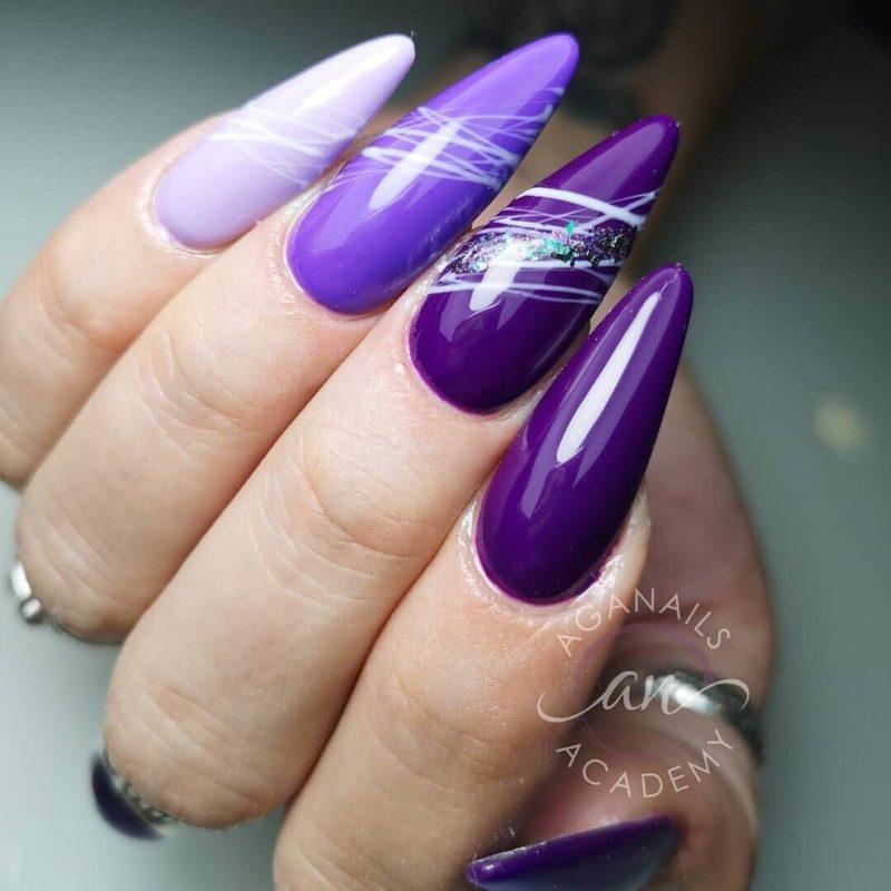 Фиолетовый дизайн на длинных ногтях с абстрактными линиями