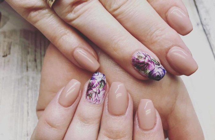 закрашенный цветочный орнамент на безымянном пальце