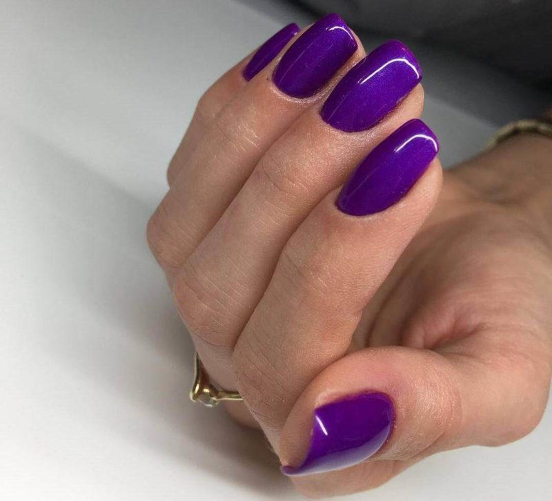 Однотонный фиолетовый маникюр