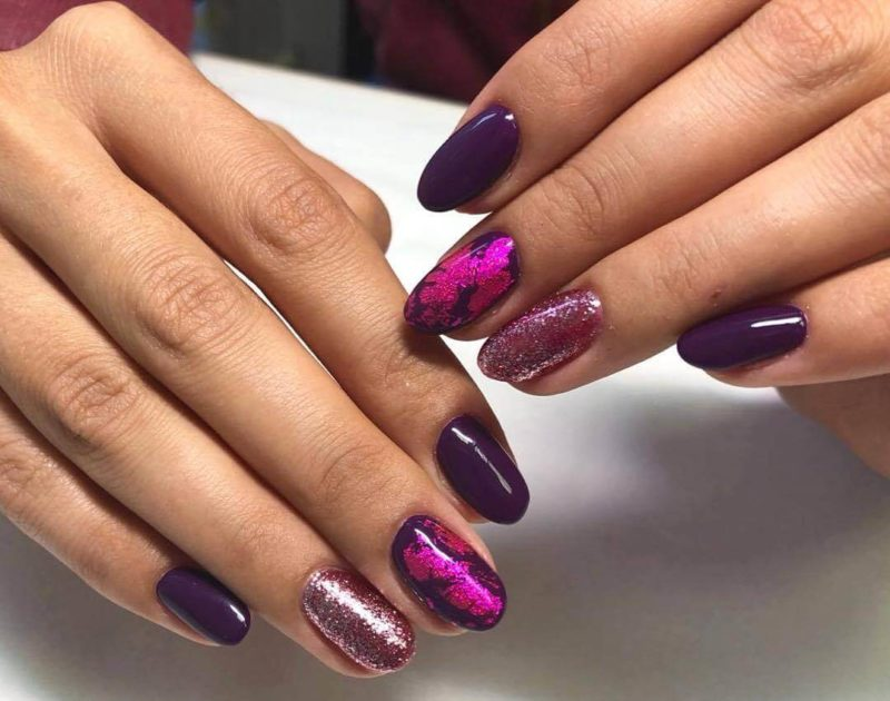 Фиолетовый маникюр со слюдой на длинных ногтях