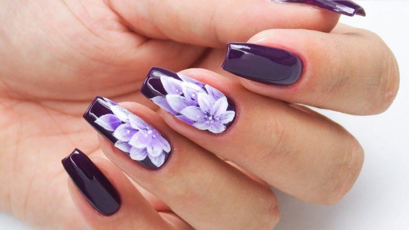 Фиолетовый маникюр с белыми цветами