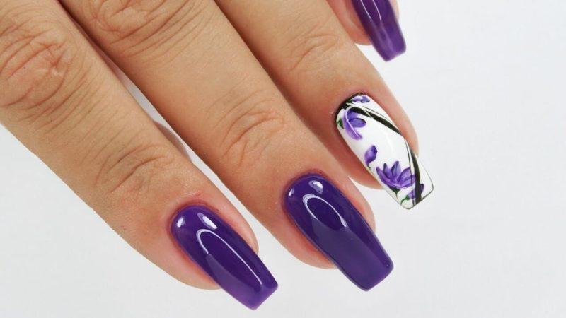 Фиолетовый маникюр с рисунком цветов на длинных ногтях