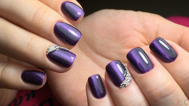 Фиолетовый маникюр на короткие ногти со стразами