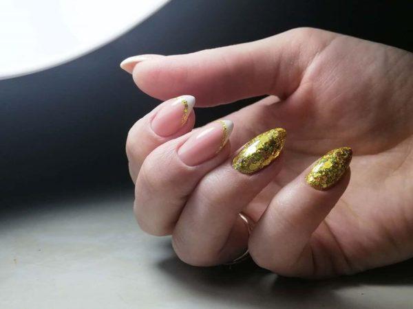 Маникюр френч с золотыми блестками