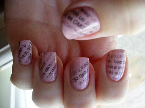 Газетный маникюр розовый