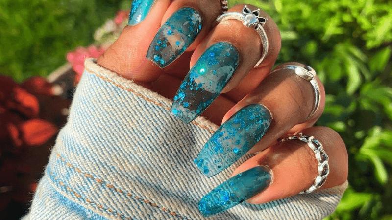 Длинные прозрачные ногти с блестками
