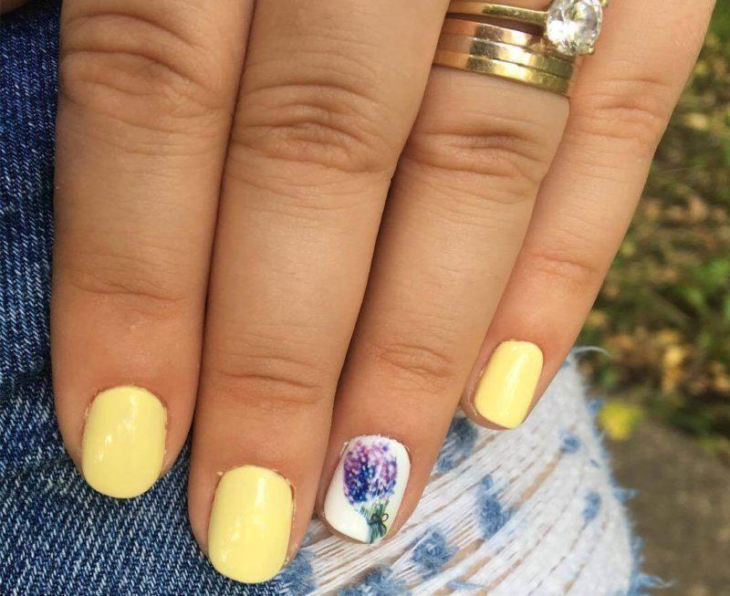 Желтые ногти с рисунком букета
