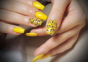 Дизайн с сочным желтым в сочетании с черными схематичными рисунками