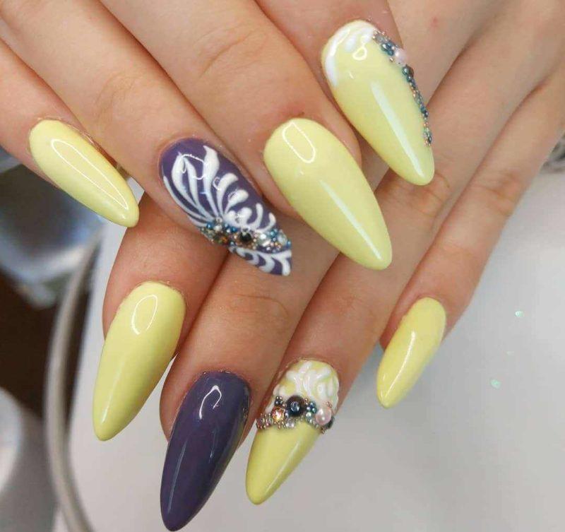 Желтый маникюр со стразами на длинных ногтях