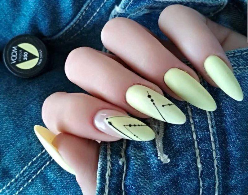 Желтый дизайн с линиями на ногтях