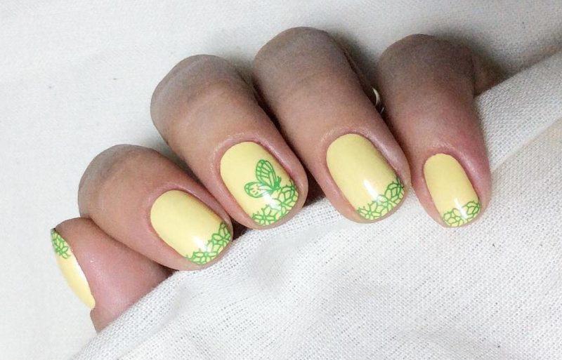 Желтый маникюр с рисунком на короткие ногти
