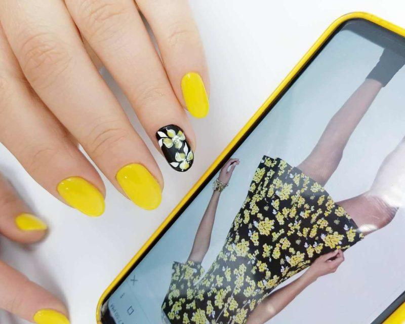 Желтый дизайн ногтей с цветочным узором