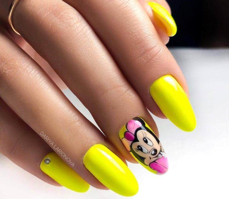Желтый маникюр с наклейками