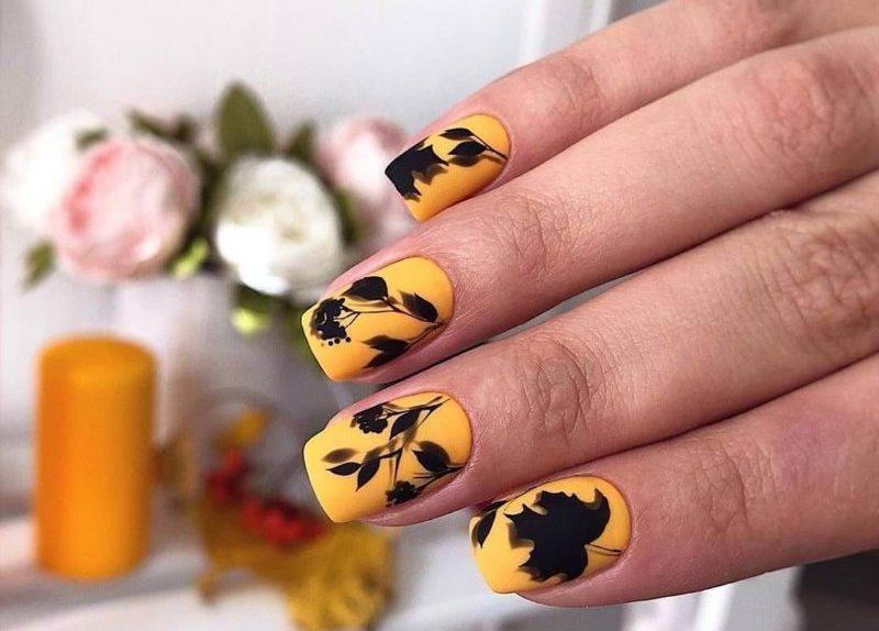 Желтый матовый маникюр с листьями