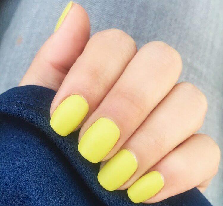 Желтый матовый однотонный маникюр