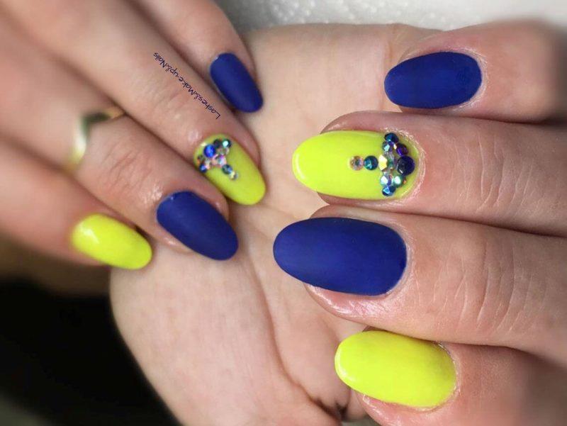 Желто-синий матовый нейл-дизайн