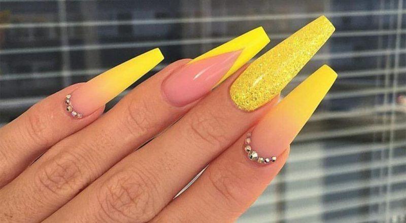 Желтый градиент на длинных ногтях