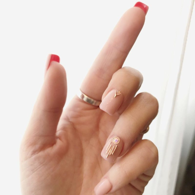Женственный лабутен-маникюр на короткие ногти
