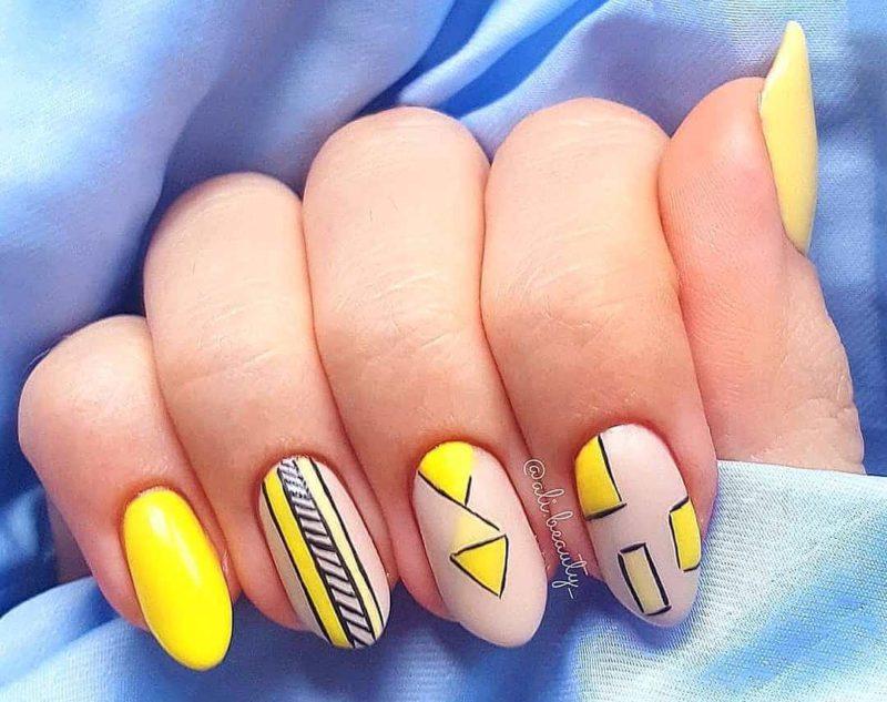 Геометрический желтый дизайн ногтей