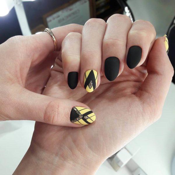 Черно-желтый геометрический маникюр