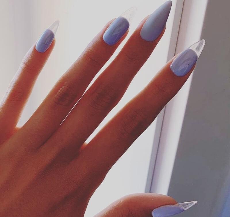 Голубой прозрачный маникюр на острых ногтях