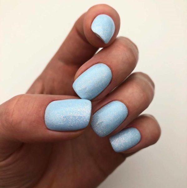 Голубой маникюр с мелкими блестками