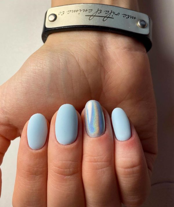 Голубой маникюр на короткие ногти с втиркой
