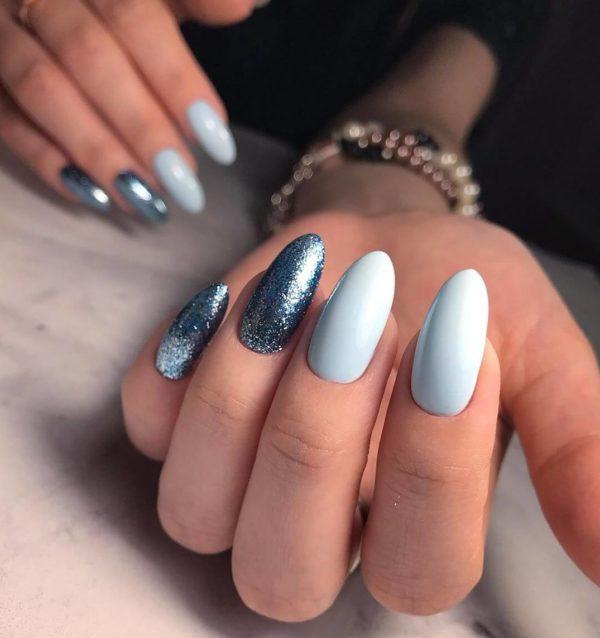 Голубой маникюр с блестками на длинные ногти
