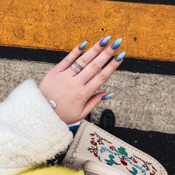 Синий градиент на длинные ногти