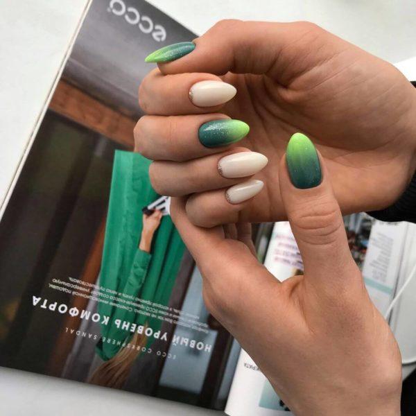 Зеленый градиент на длинные ногти